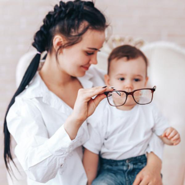 dziecko przymierzające okulary